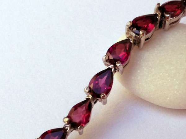 Handmade Sterling silver bracelet with red Tourmalines gemstones.. Foto 3