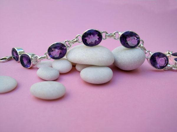 Pulsera artesanal de plata y y gemas de Amatista facetadas.. Foto 4