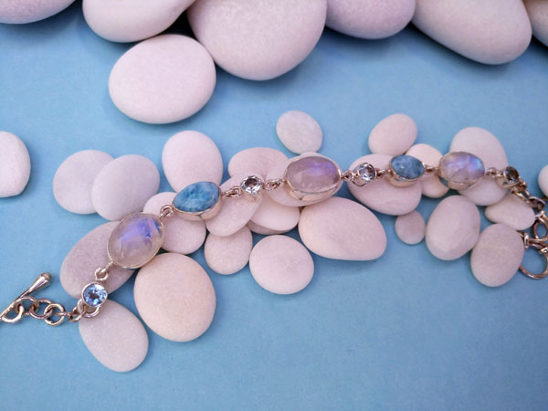 Awesome ethnic bracelet made of sterling silver and Moonstone, Aquamarine and Larimar from the Dominican Republic. Foto 2