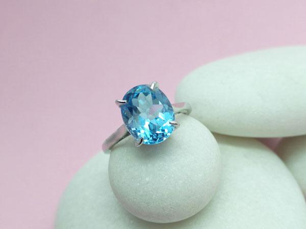 Anillo de plata con una gema de Topacio azul.. Ref. TIG