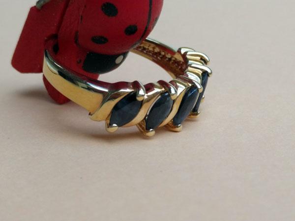 Anillo de plata bañada en oro con zafiros azules.. Foto 2