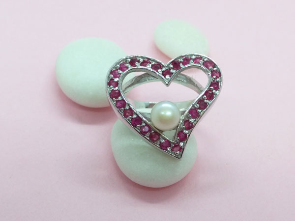 Sterling silver, ruby and pearl ring.. Foto 1