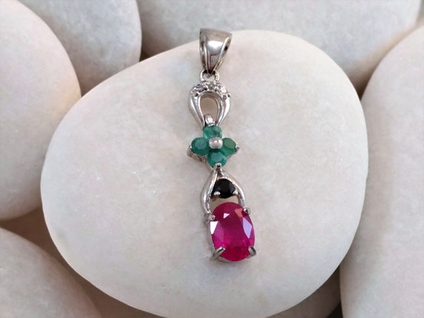 Pendant of Sterling silver and gems of Rubi, Sapphire and Emeralds.. Foto 1