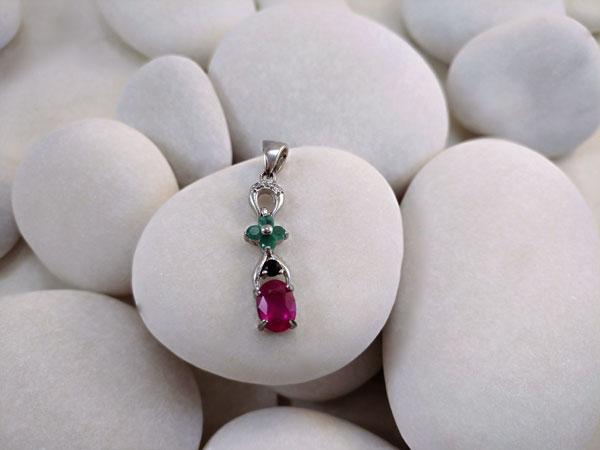 Colgante de plata y gemas de Rubi, Zafiro y Esmeraldas.. Foto 2