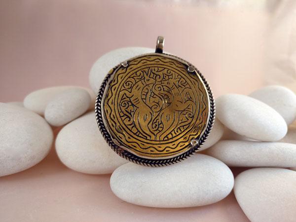 Old handmade ethnic pendant.. Foto 1