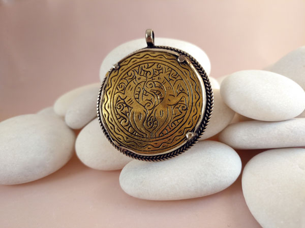 Old handmade ethnic pendant.. Foto 2