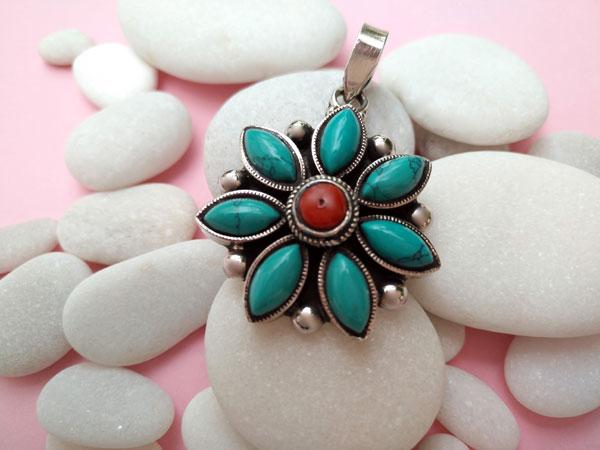 Colgante tibetano artesanal hecho en plata y gemas turquesas y Coral.. Foto 1