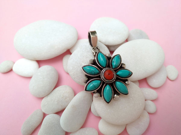 Tibetan Sterling silver with Coral and Turquoises gemstones pendant.. Foto 2