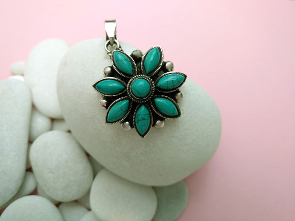 Ethnic tibetan Sterling silver and Turquoises pendant.. Foto 1