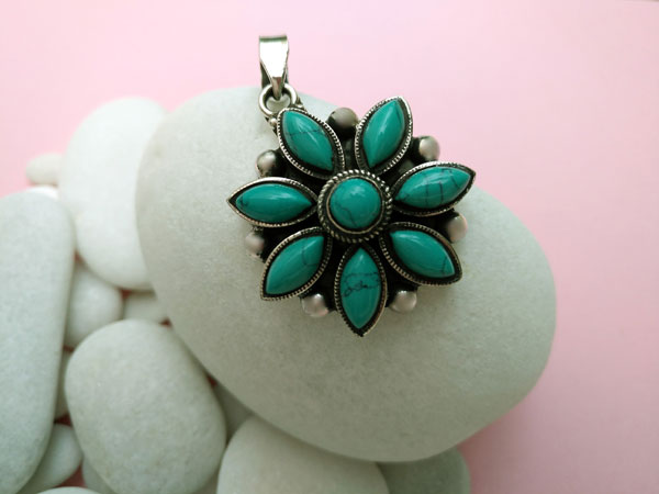 Ethnic tibetan Sterling silver and Turquoises pendant.. Foto 2