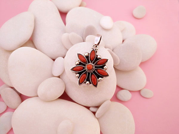 Tibetan Sterling silver and Coral pendant.. Foto 1