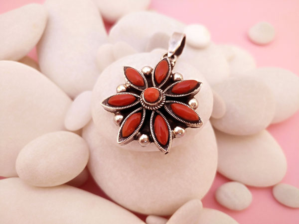 Tibetan Sterling silver and Coral pendant.. Foto 2