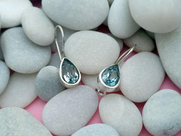 Pendientes artesanales de plata y gemas facetadas de Aguamarina.. Foto 1