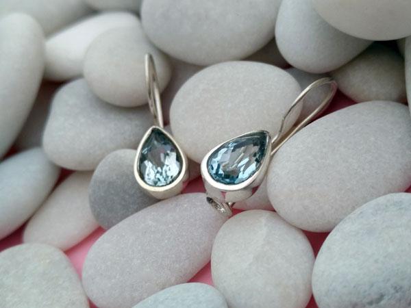 Pendientes artesanales de plata y gemas facetadas de Aguamarina.. Foto 2