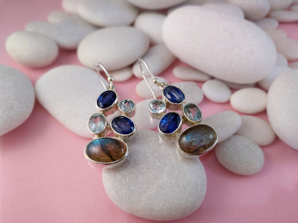 Sterling silver earrings and gems of Sapphires, Aquas and Labradorite.. Foto 3