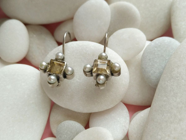 Old ethnic earrings made of sterling silver with pearls and citrine quartz.. Foto 1
