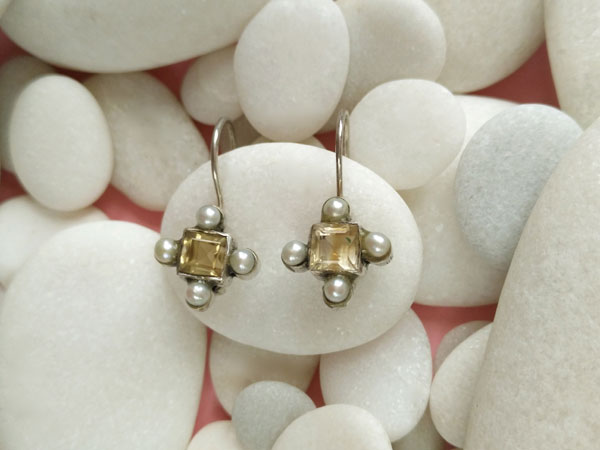 Old ethnic earrings made of sterling silver with pearls and citrine quartz.. Foto 2