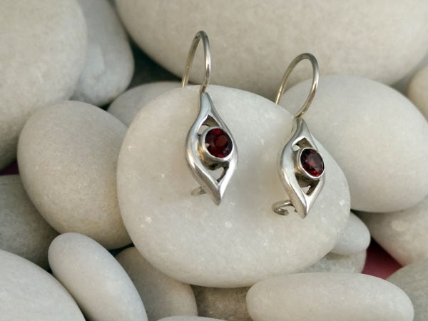 Delicate ethnic Sterling silver earrings and garnet gems.. Ref. TMO