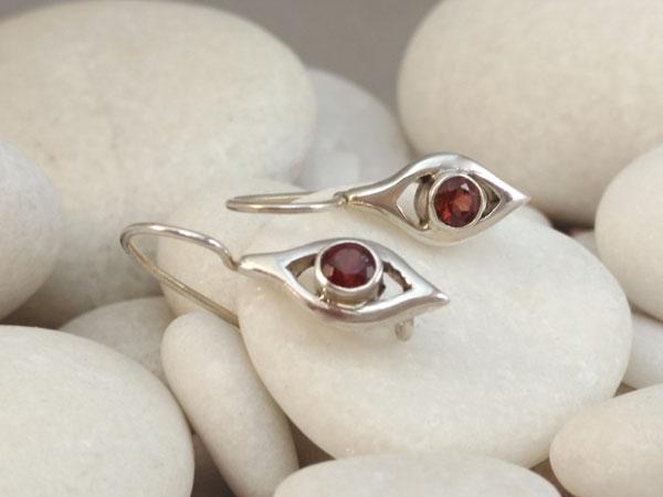 Delicate ethnic Sterling silver earrings and garnet gems.. Foto 2