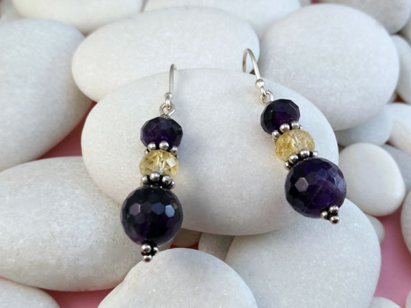 Ethnic Sterling silver earrings with Amethyst and Quartz gemstones.. Foto 1