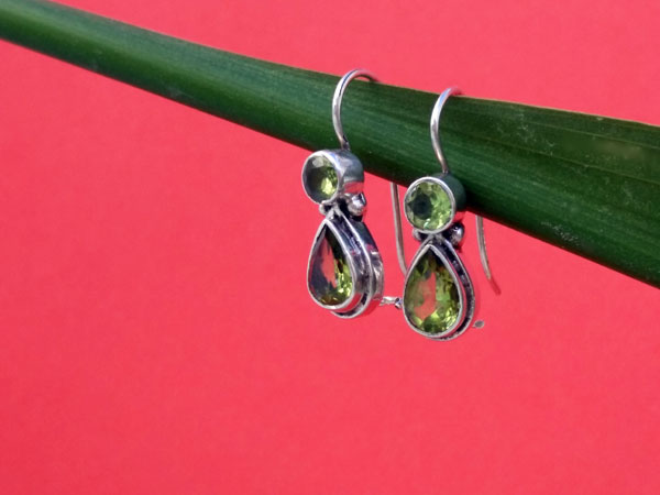 Peridot and Sterling silver ethnic earrings.. Foto 1
