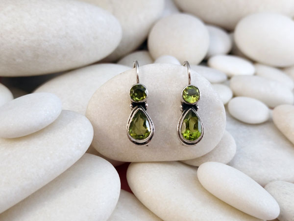 Peridot and Sterling silver ethnic earrings.. Foto 2