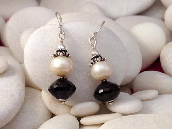Pendientes artesanales de plata, perlas y azabache.. Ref. TMW