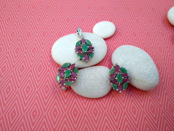 Dressy Emerald and Rubis Sterling silver earrings and pendant set.. Foto 1