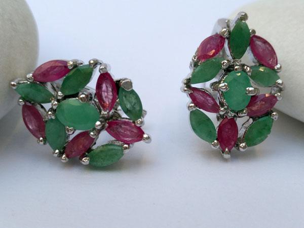 Pendientes etnicos de plata y gemas de rubi y esmeralda.. Foto 2