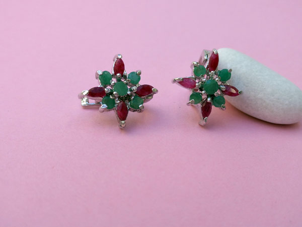 Ethnic earrings made of Sterling silver and gems of ruby and emerald.. Foto 1
