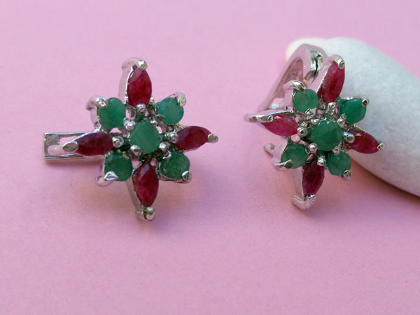 Ethnic earrings made of Sterling silver and gems of ruby and emerald.. Foto 3