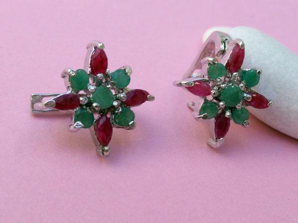 Pendientes etnicos artesanales de plata y gemas de rubi y esmeralda.. Foto 3