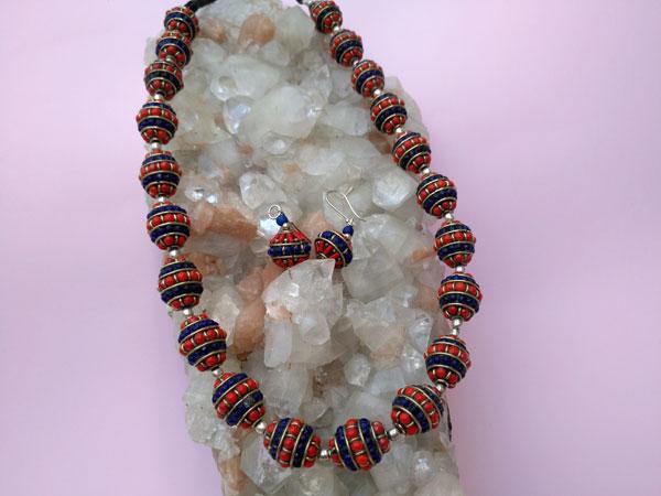 Conjunto de collar y pendientes etnicos artesanales tibetanos.. Foto 2