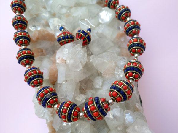 Conjunto de collar y pendientes etnicos artesanales tibetanos.. Foto 3