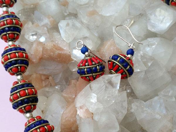 Conjunto de collar y pendientes etnicos artesanales tibetanos.. Foto 4