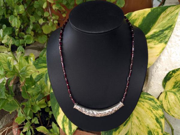 Ethnic silver necklace in a garnet line.. Foto 1
