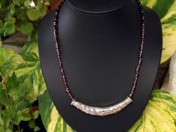 Ethnic silver necklace in a garnet line.. Foto 2