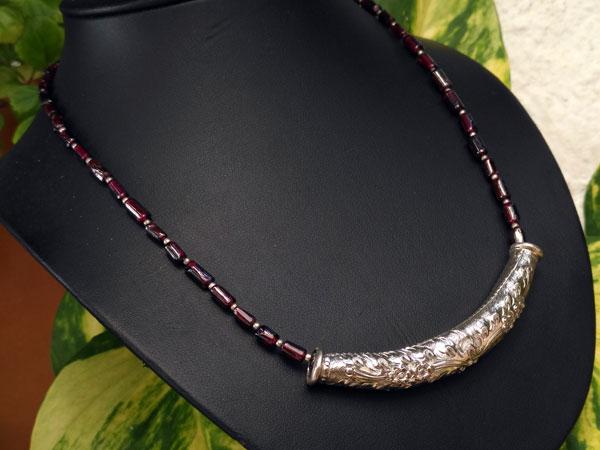 Collar etnico de plata en una linea de granates.. Foto 3