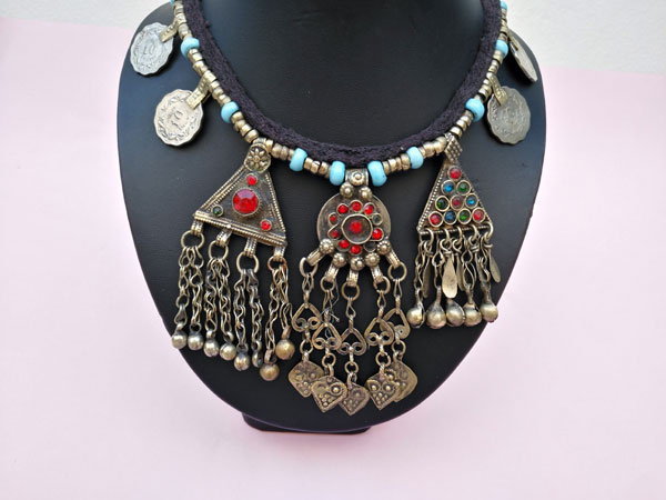 Antiguo collar etnico procente de Asia central.. Ref. TPK