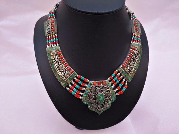 Collar etnico tibetano hecho en Nepal.. Foto 1