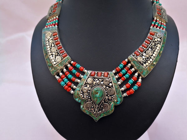Collar etnico tibetano hecho en Nepal.. Foto 3