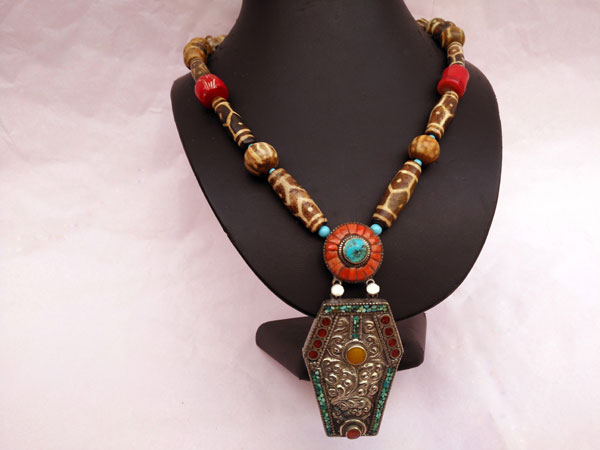 Traditional Tibetan necklace.. Foto 1