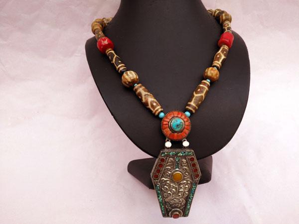 Traditional Tibetan necklace.. Foto 1