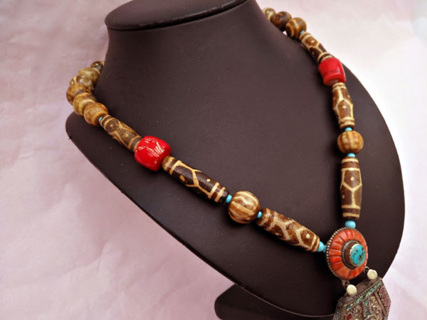Traditional Tibetan necklace.. Foto 3