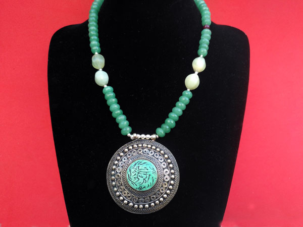 Silver necklace and carved gems of green Aventurine quartz.. Foto 1