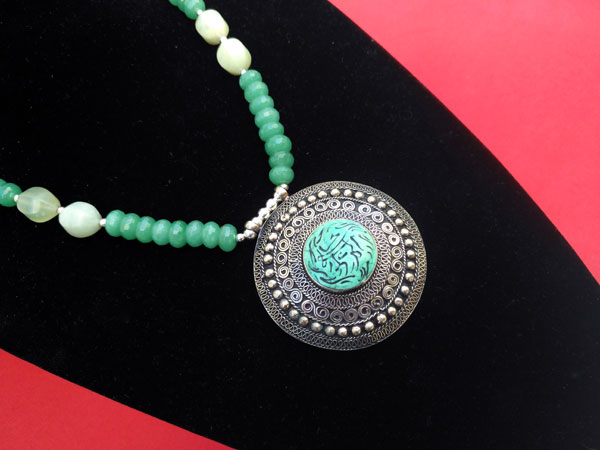 Silver necklace and carved gems of green Aventurine quartz.. Foto 2