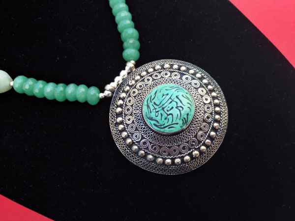 Silver necklace and carved gems of green Aventurine quartz.. Foto 3