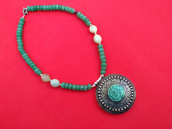 Silver necklace and carved gems of green Aventurine quartz.. Foto 4