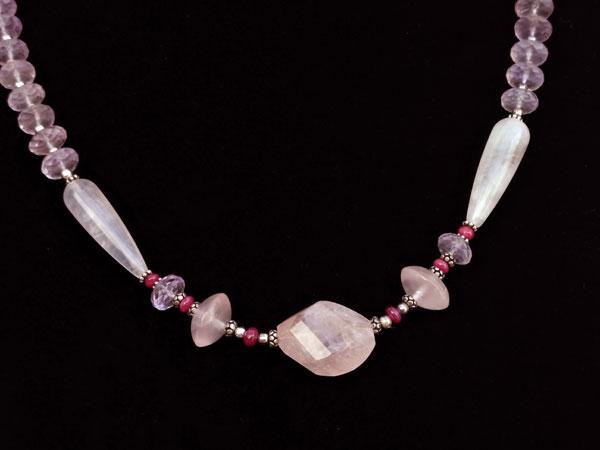 Elegante collar de plata con gemas de Kunzita, Rubis y Cuarzo rosa.. Foto 1