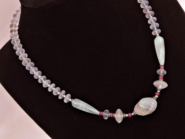 Elegante collar de plata con gemas de Kunzita, Rubis y Cuarzo rosa.. Foto 2